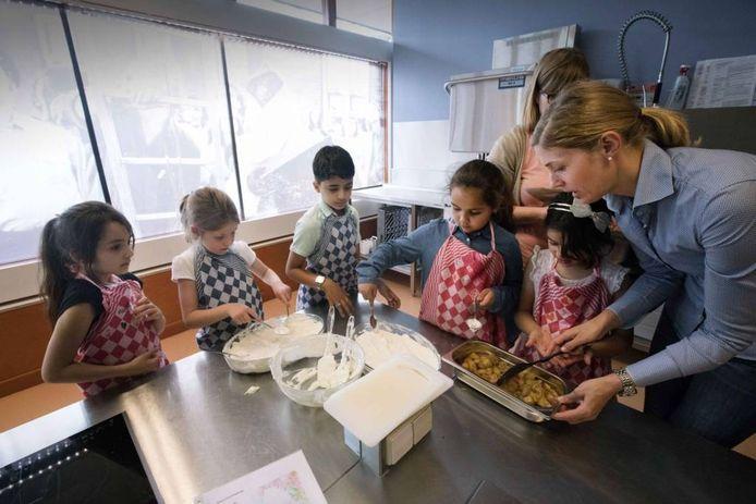De kinderen aan het werk met Noortje Kemna, die ook meewerkte aan het project. Foto Gerard Verschooten