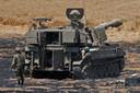 Israëlische soldaten beschieten de Gaza-strook vanaf een locatie nabij de stad Sderot.