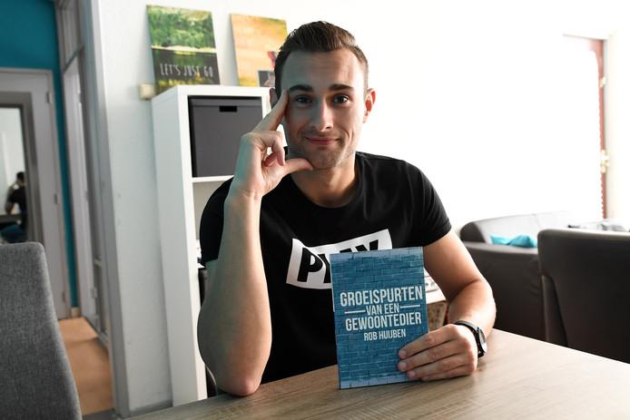 Dongenaar Rob Huijben poseert met zijn  boek  'Groeispurten van een gewoontedier'. Het voormalige gemeenteraadslid: ,,Regelmaat en structuur zijn belangrijk voor mij.''