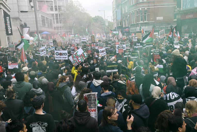 Demonstranten bij de Israëlische ambassade in Londen. Beeld EPA