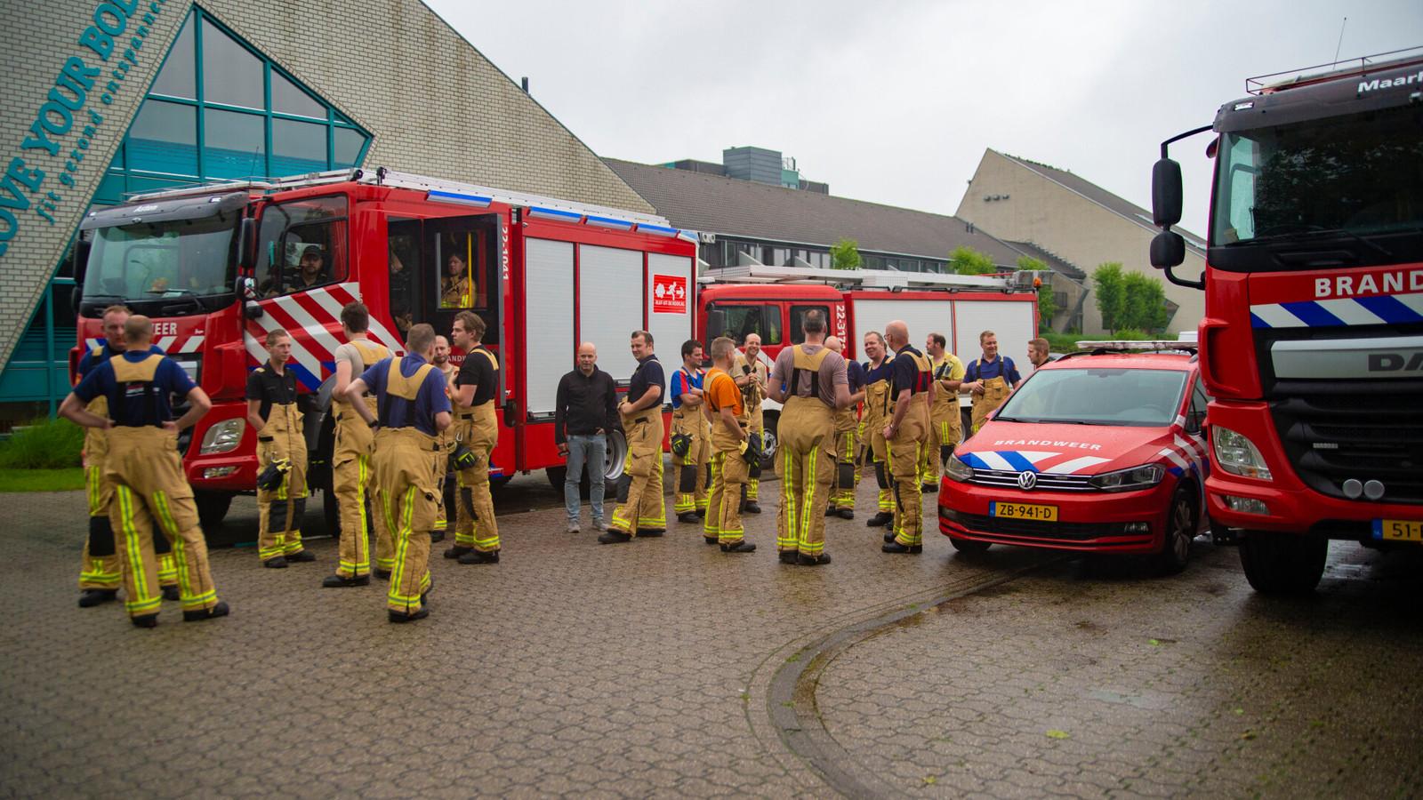 De brandweer verzamelde vanochtend in Asten om naar Limburg te gaan.