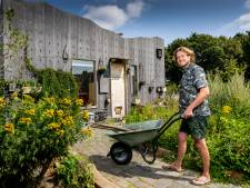 Stijn (1 meter 98) woont in een zelfgebouwde tiny house van 21 m2: 'Het was lego voor gevorderden'