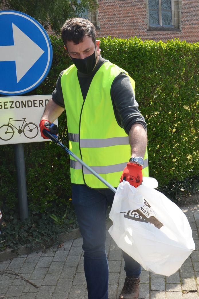 Schepen Wouter Vande Winkel ruimt zwerfvuil tijdens de River Cleanup in Neigem (Ninove)