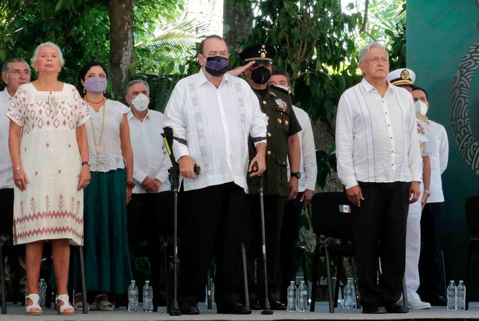 De Mexicaanse president Andres Manuel Lopez Obrador (rechts) met de president van Guatemala, Alejandro Giammattei (midden).
