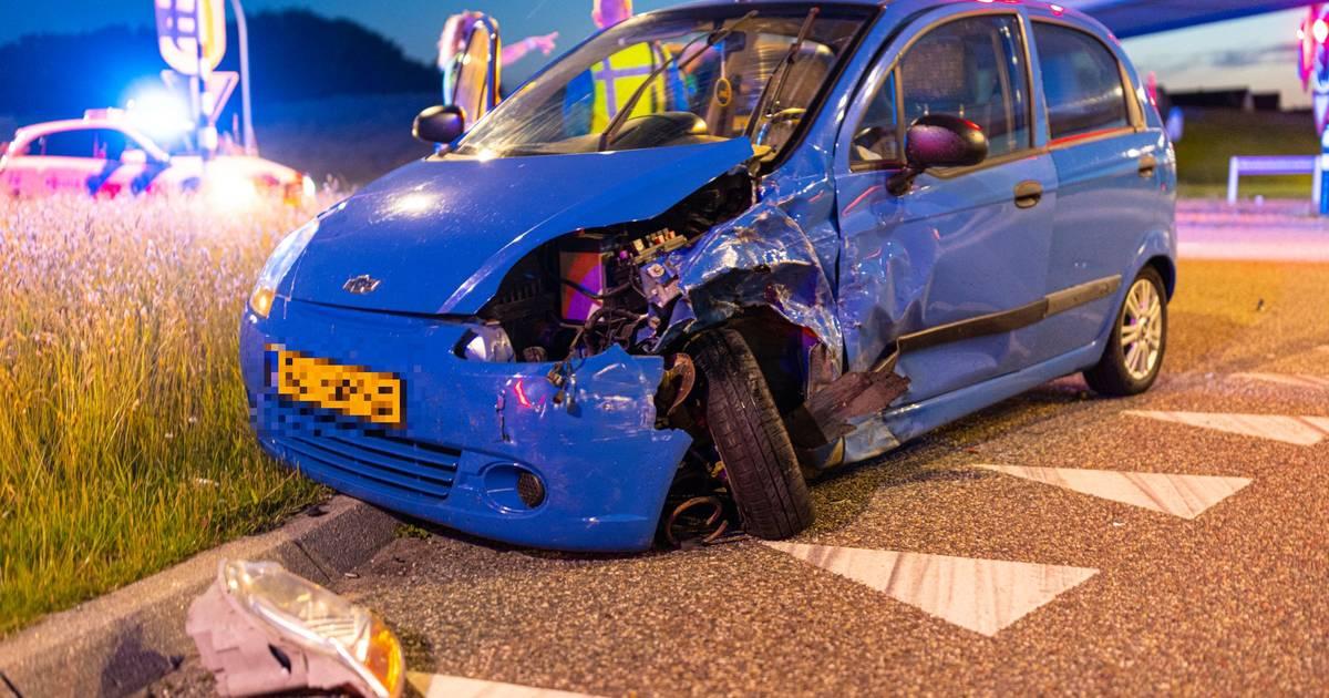 Auto in de prak bij aanrijding in Zwolle, vermoedelijke dader vlucht.