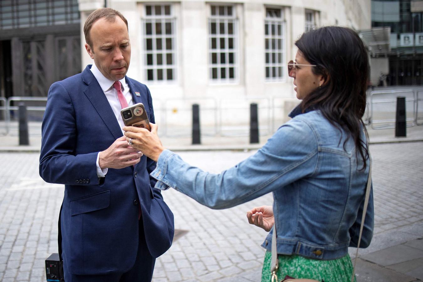 De Britse minister van Volksgezondheid Matt Hancock met zijn medewerkster Gina Coladangelo, met wie hij een affaire had.