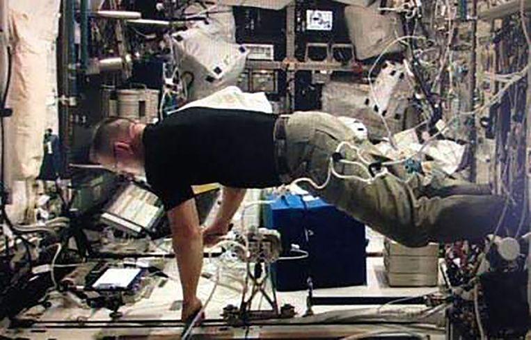 NASA-astronaut Barry Wilmore gebruikt de joystick in het ruimtestation. Beeld ESA
