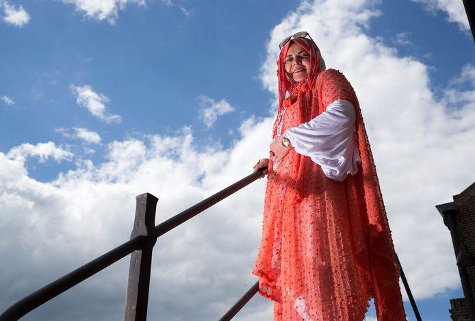 Azza Mansour helpt vluchtelingen met hun integratie in Nederland.