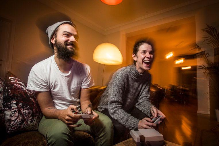 Rasgamer Kenny en zijn vriendin Dorien, een absolute leek, spelen Dr. Mario. Zij wint. Beeld Jonas Lampens