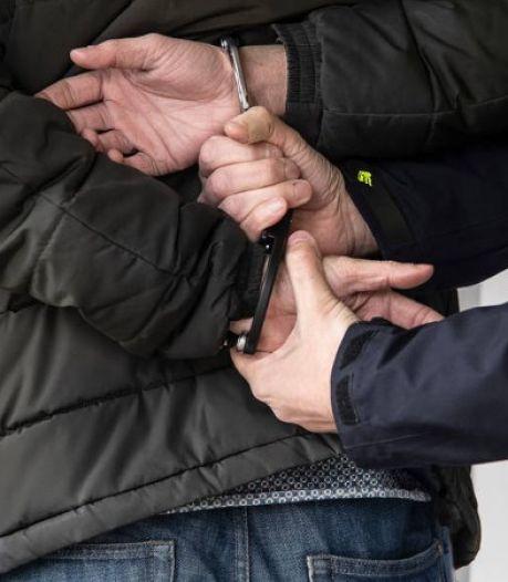 Ruim 300 hennepplanten, spullen om drugs mee te maken, dure horloges en contant geld in woning Aarlanderveen
