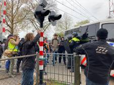 Grote protestmars in Barneveld tegen coronamaatregelen loopt uit de hand: politie grijpt in