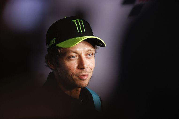 Valentino Rossi tijdens de persconferentie waarop hij zijn afscheid van de koningsklasse van de motorsport aankondigt.  Beeld AFP