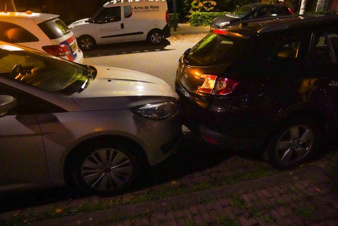 Busje ramt geparkeerde auto's in Eindhoven.