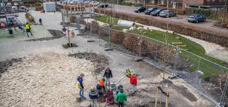 Van tegels naar grassprieten: steeds meer scholen kiezen voor natuurspeelplaats, zoals deze school in Stadshagen