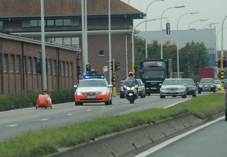 Tijdens de testrit wordt het verkeer opgehouden en moet er in blok gereden worden zodat de ligfiets zijn maximale snelheid kan halen.