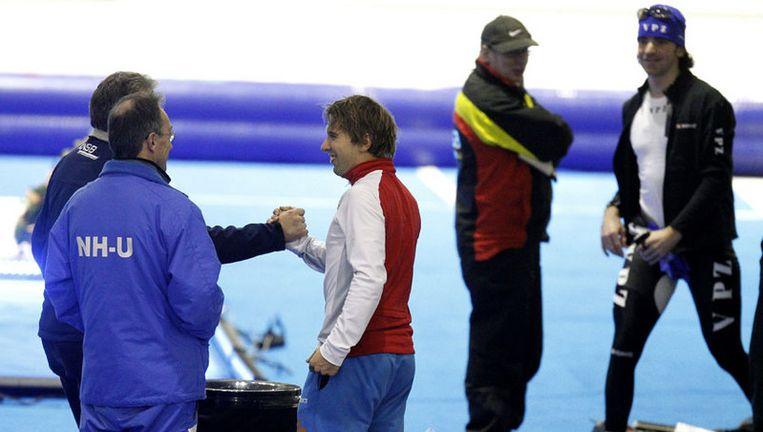 Arjen van der Kieft (midden) wordt woensdag gefeliciteerd na de 10.000 meter bij het olympisch kwalificatietoernooi in Thialf. Foto ANP Beeld
