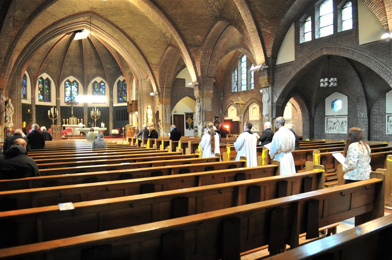 De Maria bedevaart in Renkum mocht zondag door dertig mensen worden bezocht, ze werden met straalkacheltjes warm gehouden.