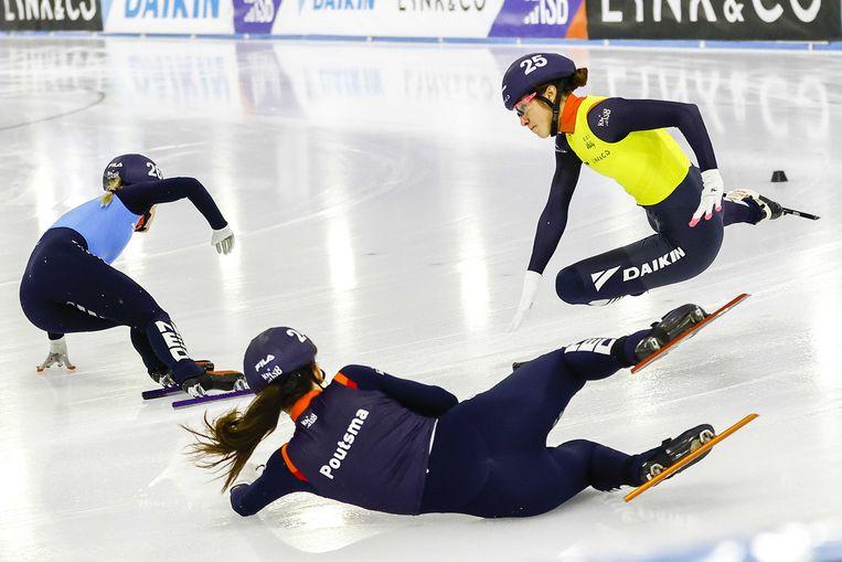 Suzanne Schulting (in het geel) vliegt door de lucht nadat ze in aanraking kwam met Selma Poutsma (liggend) Beeld ANP