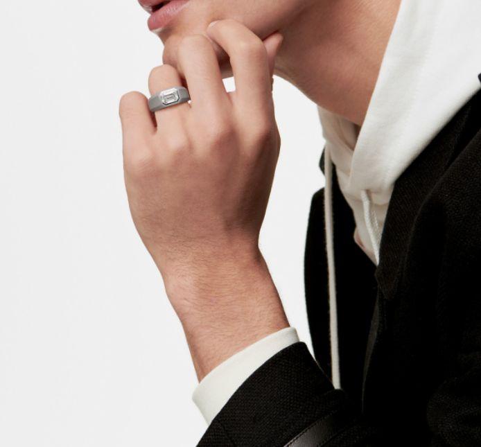 Tiffany & Co lance une collection de bagues de fiançailles pour homme.