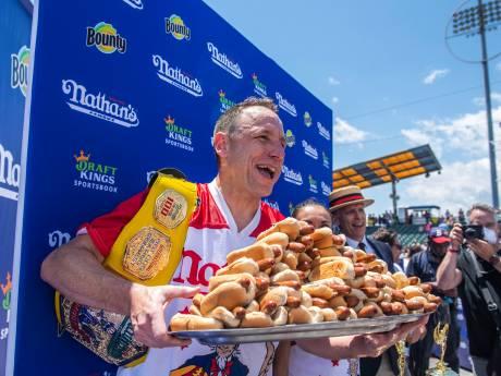 Il engloutit 76 hot-dogs en 10 minutes et bat son propre record