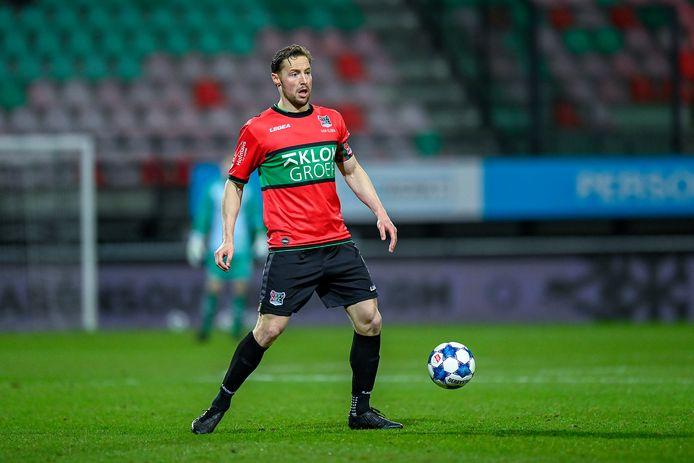NEC-aanvoerder Rens van Eijden aan de bal in de gewonnen wedstrijd tegen Jong PSV.
