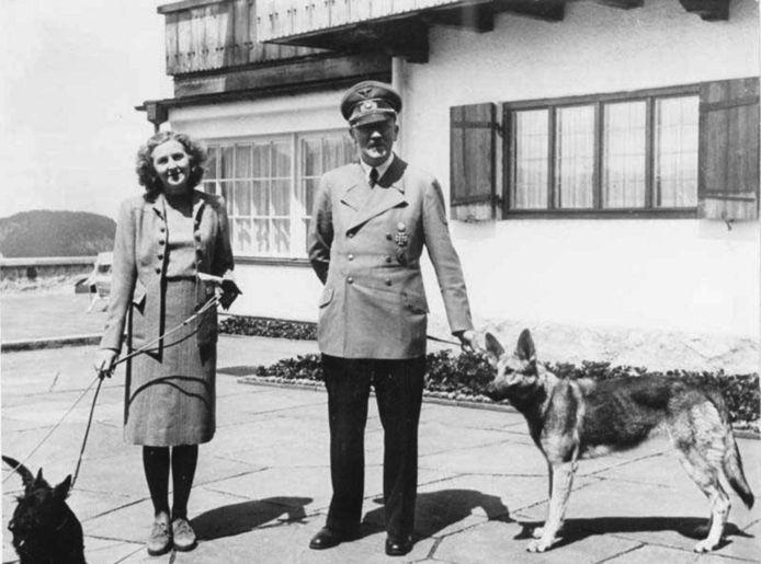 Adolf Hitler, Eva Braun en hun honden tijdens een verblijf in Berchtesgaden.