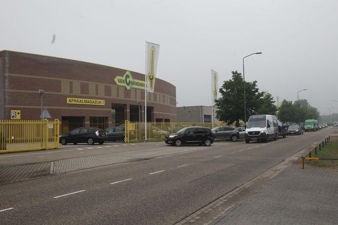 Klanten maken zich niet druk over de ruzie binnen de firma Van Cranenbroek. Ze kwamen in Budel ook zaterdag weer massaal op koopjes jagen.