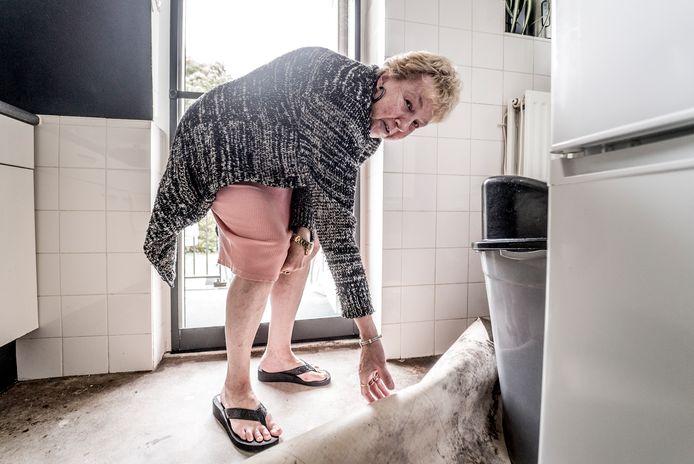 Joke van Munster toont het beschimmelde zeil in haar keuken.