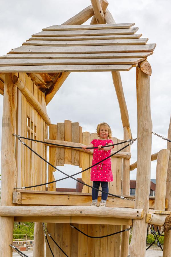 Lise-Lotte (4) test alvast één van de speeltoestellen in Buutvrij uit.