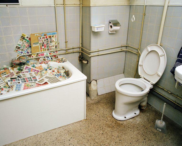 Foto uit de serie 'De Jeugd van Gisteren', een verhaal over filatelisten in Nederland. Dit is de badkamer van filateliewinkel Bulterman op de Nieuwezijds Voorburgwal in Amsterdam. Beeld Jan Dirk van der Burg