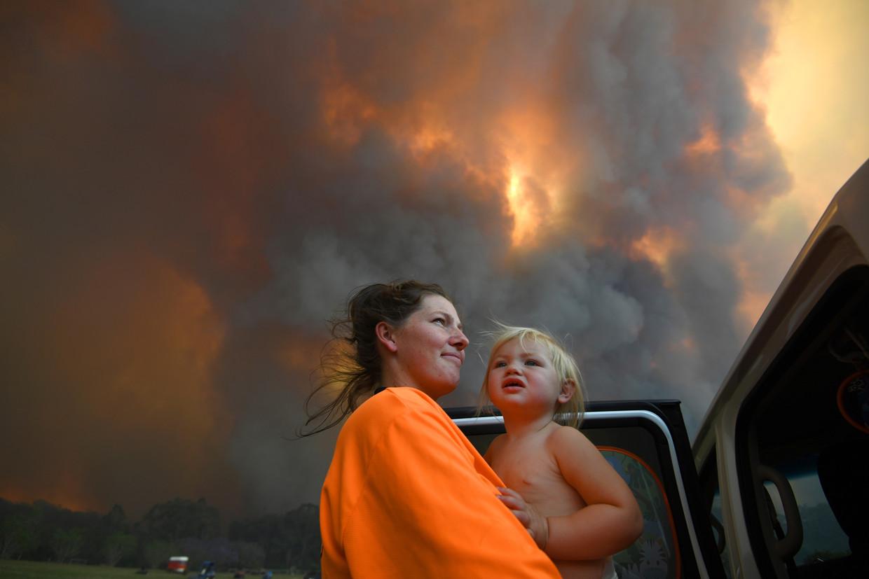 Inwoners van Nana Glen in New South Wales omringd door rook.