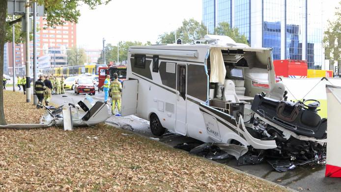 Bij een zeer ernstige botsing tussen een camper en tram op de Weg der Verenigde Naties in Utrecht kwam in oktober een man om het leven. Zijn vrouw en zoon raakten gewond.