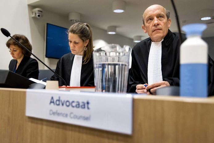 Sabine ten Doesschate (midden) and Boudewijn van Eijck (rechts), de twee Nederlandse advocaten van de Russische verdachte Oleg Poelatov, tijdens een eerdere zitting in het MH17-proces.