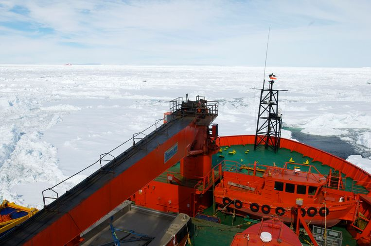 The Xue Long (Snow Dragon) Chinese icebreaker (L), as seen from Australia's Antarctic supply ship, the Aurora Australis, sits in an ice pack unable to get through to the MV Akademik Shokalskiy, in East Antarctica, some 100 nautical miles (185 km) east of French Antarctic station Dumont D'Urville and about 1,500 nautical miles (2,800 km) south of Hobart, Tasmania, January 2, 2014, in this handout courtesy of Fairfax's Australian Antarctic Division. A planned helicopter rescue of 52 passengers on the Russian Akademik Shokalskiy ship stranded in Antarctic ice since Christmas Eve was delayed on Thursday due to unfavourable sea ice conditions in the area. The helicopter on the Chinese icebreaker Snow Dragon had planned to lift passengers from the trapped Akademik Shokalskiy on Thursday and then use a barge to transport them to the nearby Aurora Australis, Australia's Antarctic supply ship. Picture taken January 2, 2014.  REUTERS/Fairfax/Australian Antarctic Division/Handout via Reuters   (ANTARCTICA - Tags: MARITIME ENVIRONMENT) ATTENTION EDITORS – THIS IMAGE WAS PROVIDED BY A THIRD PARTY. NO SALES. NO ARCHIVES. FOR EDITORIAL USE ONLY. NOT FOR SALE FOR MARKETING OR ADVERTISING CAMPAIGNS. THIS PICTURE IS DISTRIBUTED EXACTLY AS RECEIVED BY REUTERS, AS A SERVICE TO CLIENTS Beeld null