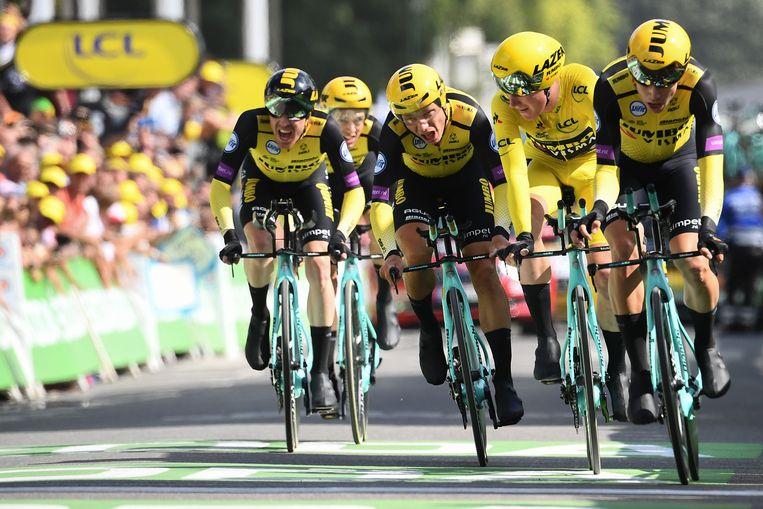 Mike Teunissen (tweede van rechts) in het geel.  Beeld AFP