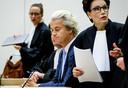 Rechts op de foto staat Carry Knoops-Hamburger, de vrouw van Geert-Jan Knoops. In deze zaak voert ze samen met haar man het woord.