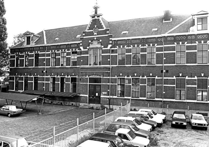 De eerste, speciaal voor het vakonderwijs gebouwde school aan het Kromhout, die is gesloopt.
