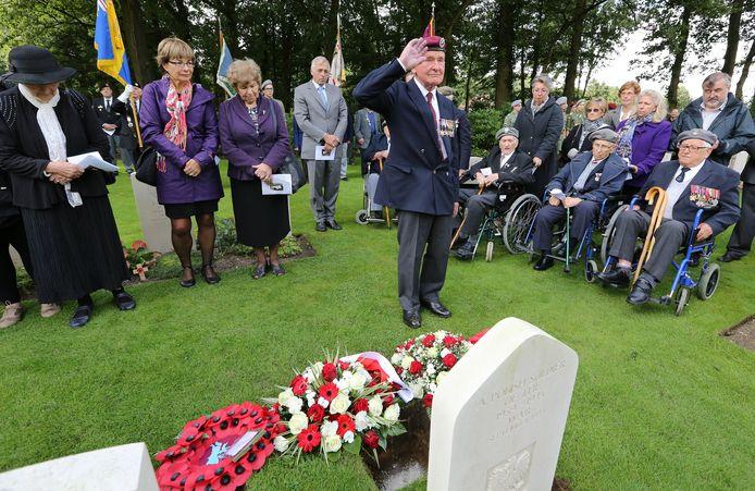 Bijzetting van de Poolse veteraan van de Slag om Arnhem Zbigniew Zygadlowski op Airborne Begraafplaats in Oosterbeek. in 2013. Een Britse veteraan brengt een eresaluut. Zbigniew Zygadlowski nam in Canada de naam Tony Garson aan.
