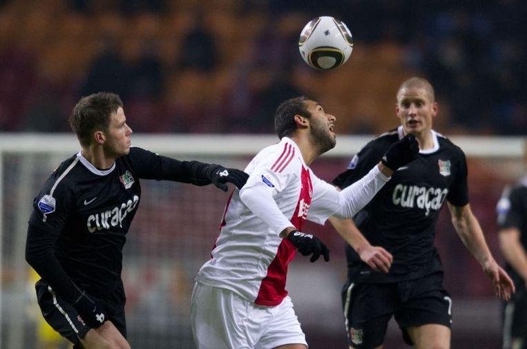 Ajax-speler Mido (M) in duel met Bram Nuytinck van NEC (L). Beeld