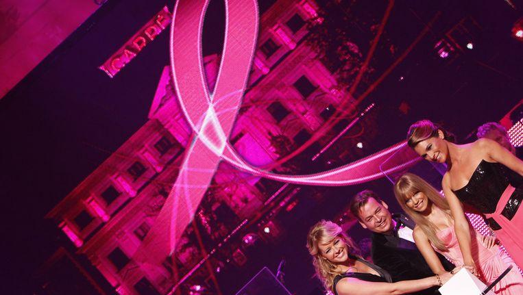 Om de borstkankermaand in te luiden verlichten Sylvie van der Vaart-Meis (2eR) samen met Henk van der Mark (2eL), MD Estee Lauder Companies Benelux, presentatrice Chantal Janzen (L) en Pink Ribbon ambassadeur Quinty Trustfull (R) in 2009 het Koninklijk Theater Carre in het roze. © ANP Beeld