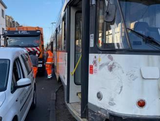 Twee lichtgewonden na aanrijding tussen vuilniswagen en tram