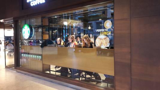 Bij de Starbucks zijn de laptops opengeklapt. Overal in het station wordt gestudeerd en gewerkt
