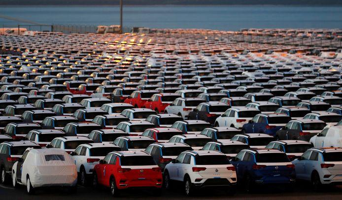 Steeds meer autobedrijven laten weten dat ze vanwege het chiptekort minder auto's zullen produceren dan verwacht.