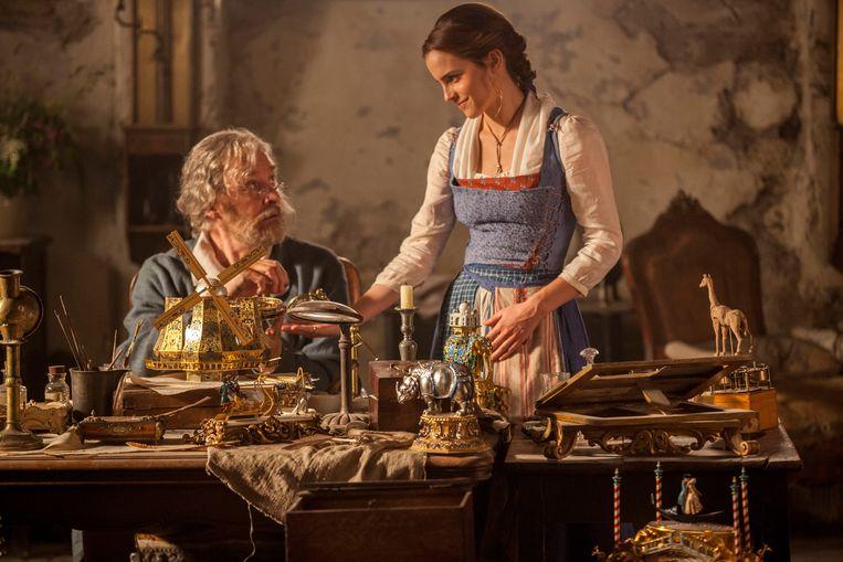 Emma Watson als Belle en Kevin Kline als haar vader Maurice. Beeld UNIT