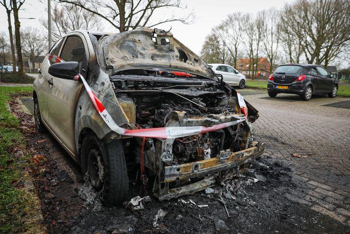 De vrij nieuwe auto is total loss na de vermoedelijke brandstichting in Arnhem.