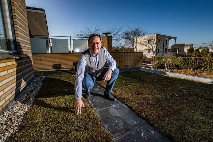 Jan Schuring op zijn nieuw aangelegde groene dak.