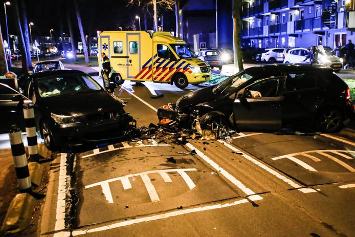 Twee auto's botsten zaterdag 15 februari aan het begin van de avond frontaal op elkaar op de Stadspolderring in Dordrecht. De inzittenden raakten daarbij gewond.