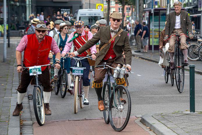 Een bonte stoet goed geklede heren en dames vertrok vanaf de Houtmarkt voor een Tweed Ride door Breda en omgeving.