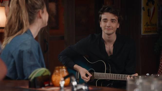 Romantiek in 'Familie': Raven doet hart van Louise smelten met prachtig lied