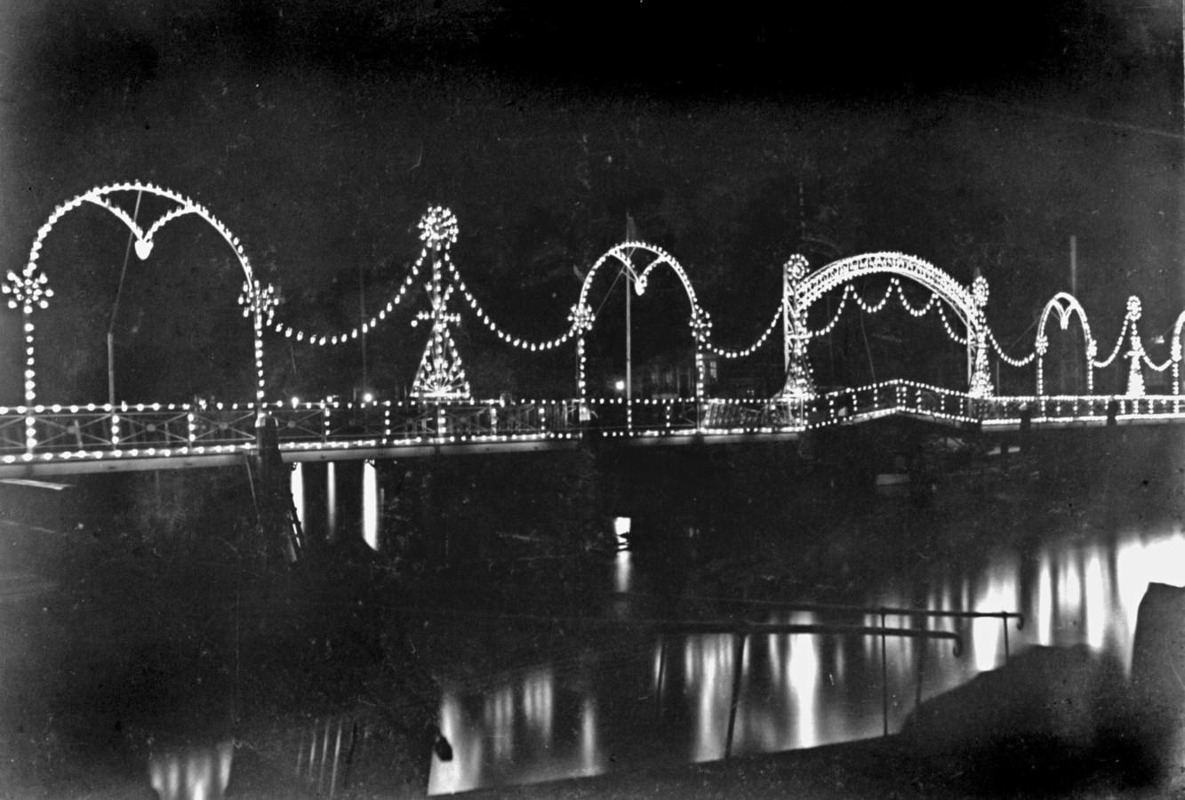 In 1913 kon de Lange IJzerenbrug (in tegenstelling tot in 2020) wel verlicht worden.